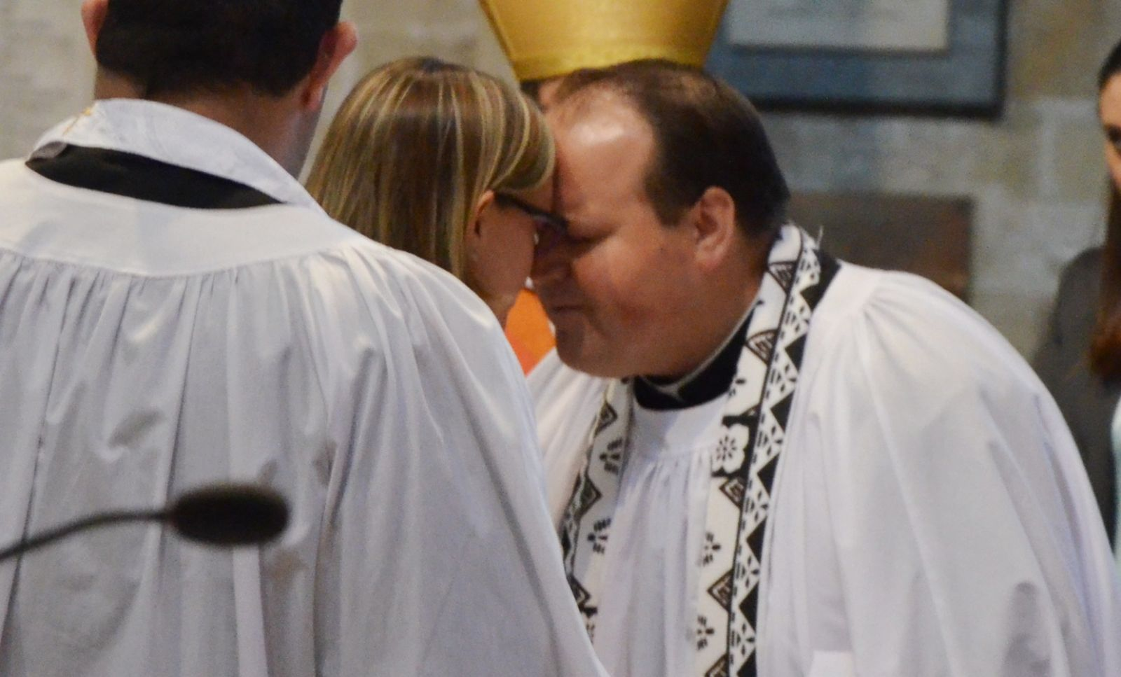 Hundreds pack ripon cathedral to welcome the new bishop of ripon noses and foreheads were pressed together as the visitors firstly exchanged the traditional hongi greeting with bishop helen ann then with the archbishop m4hsunfo