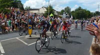 Le Tour passes through Birchencliffe