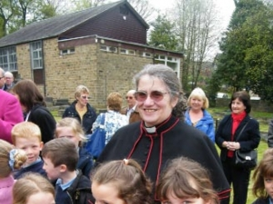 Ovenden children plant poppies in the graves of two war heroes