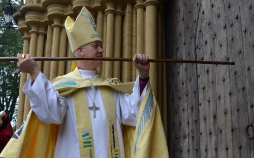 Bishop Nick knocks on the door of Ripon Cathedral which is opened to welcome him in the name of Christ.