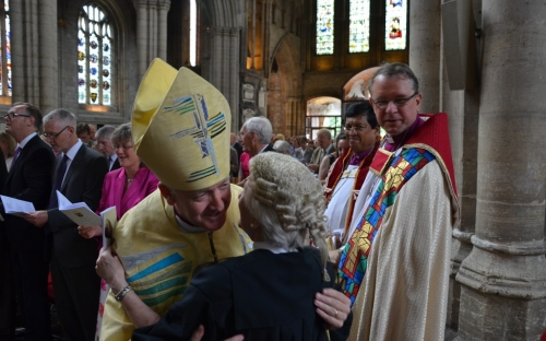 Sharing the peace – in the background the Bishop of Colombo and the Bishop of Durha